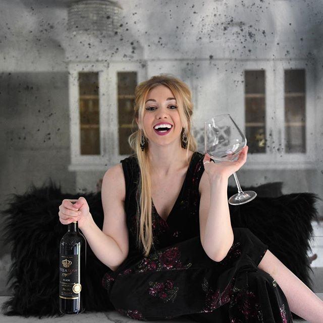 One wine, two wine, three wine, FLOOR! Happy weekend💛