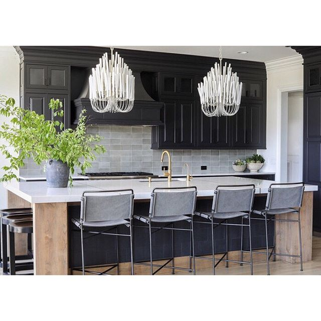 Thank you @nashvillelifestyles for featuring this amazing kitchen by @mitzimaynard ❤️ Design: @mitzimaynard 📷: @khakihope