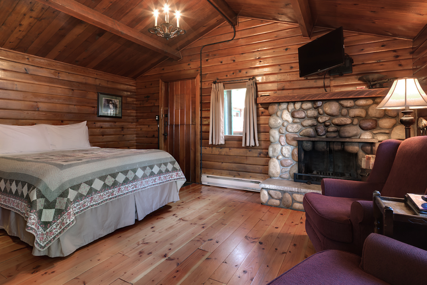 CABIN 6 - Studio  Cozy cabin combines old rustic ambiance with a charming view. From $219-$295