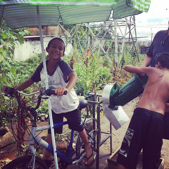 Fez até fila pra trituração! Virou atração no bairro e fez a galera mirim gastar energia pedalando! #designlúdico #hackathondahorta #labxsantista #procomum #brazilfoundation #brasilpossivel