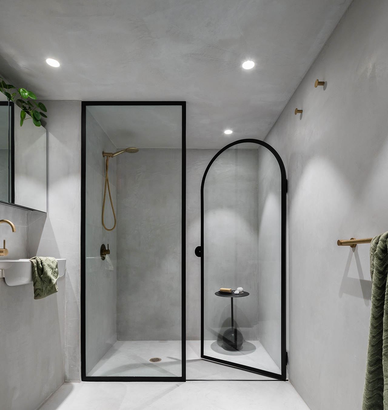 Use of curves in the glass shower entry.