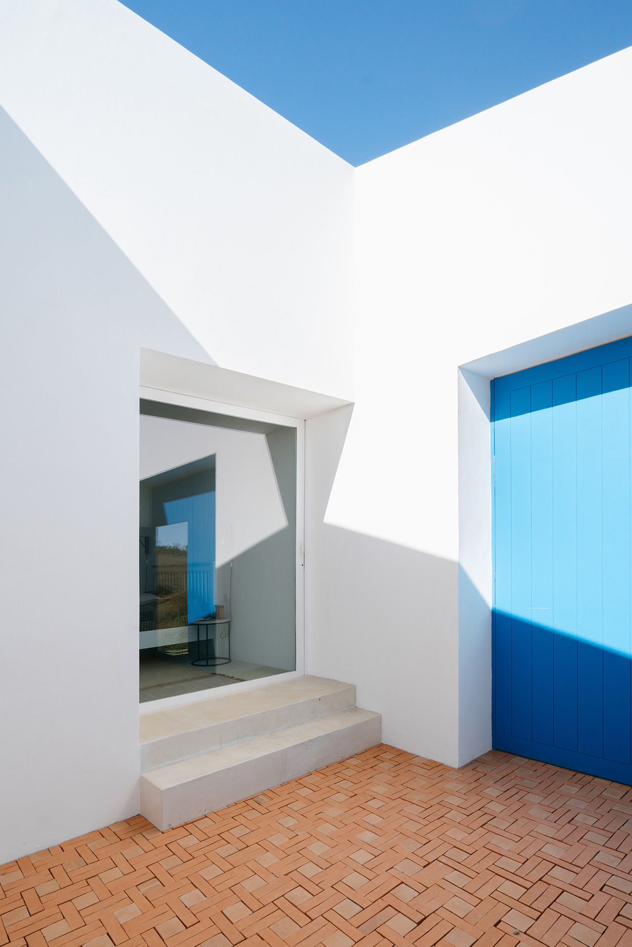 White walls contrast agains the Alentejo Blue walls.