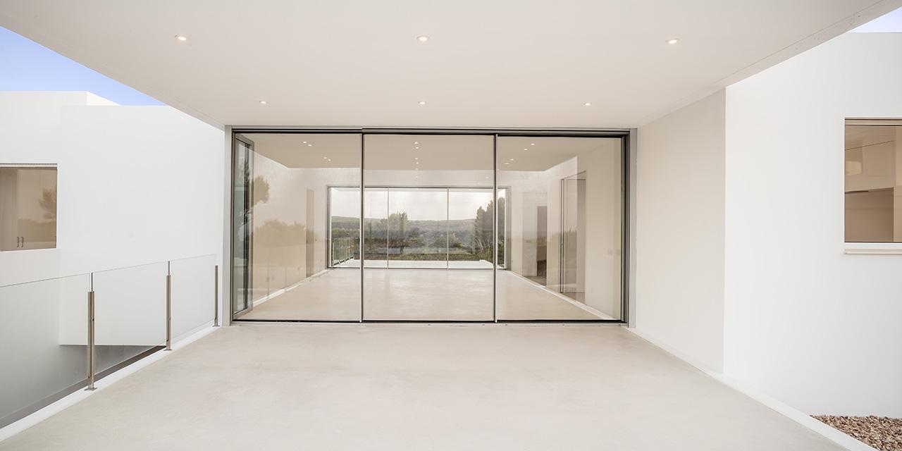 Large glass sliding doors on both ends of the platform.