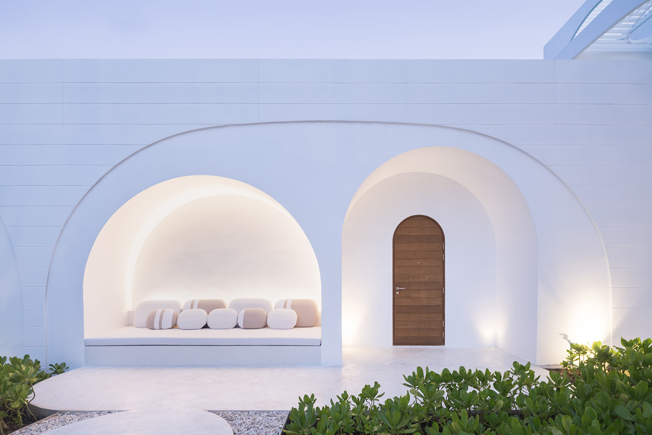 The arch crescent theme continues to each resort room entrance, with thoughtfully designed nooks by the entrance where guests can relax.