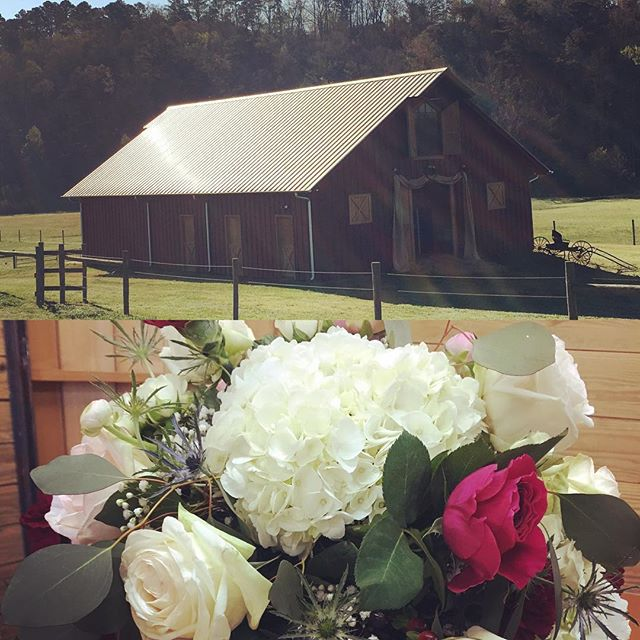 Blue skies and beautiful blooms! Happy Wedding day to Rebecca & Matthew! Honored to play a small role in a sweet friend's special day! #springwedding #easterweekend #barnwedding #alabamabride #tuscaloosaflorist #alabamaweddings #hawaii5owens