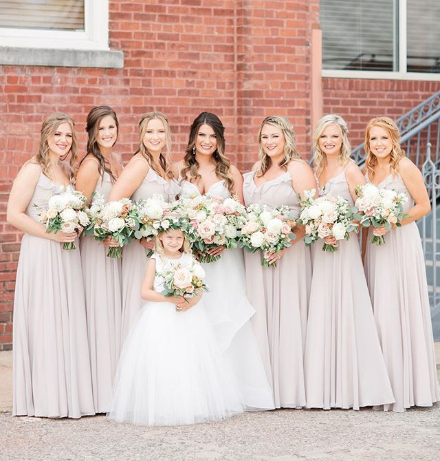 Beautiful Shelby and her loving tribe of ladies- including that sweet little flower girl!! 🥰 @samireneephotography consistently knocks it out of the park with her photos, and the sneak peaks from Saturday are no exception to that!! Perfection!! 💖💖💖