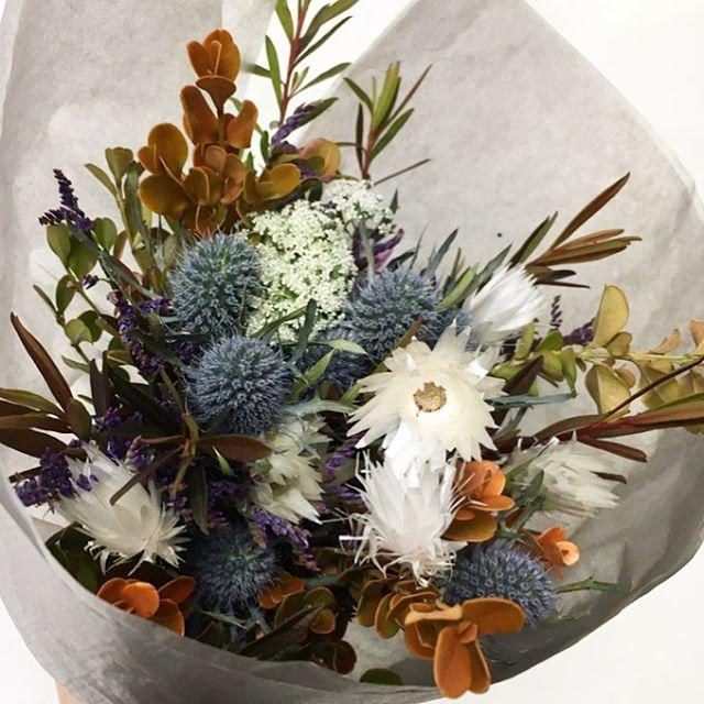 【 gift bouquet 】  nativeflower / natural  店頭がないのでそんなに普段は 花束のオーダーは多くありませんが 久しぶりに会う方への ウェルカムフラワーや送別会など 花束が似合うシーンは 人から人への手渡し感があって いいですね。  こちらは、ほとんどがドライフラワーになるので スワッグとしても飾っていただきます。  #フラワーギフト #giftbouquet  #ネイティブフラワー #fynbosflowers #ドライフラワー #dryflower #cabbegeflowerstyling
