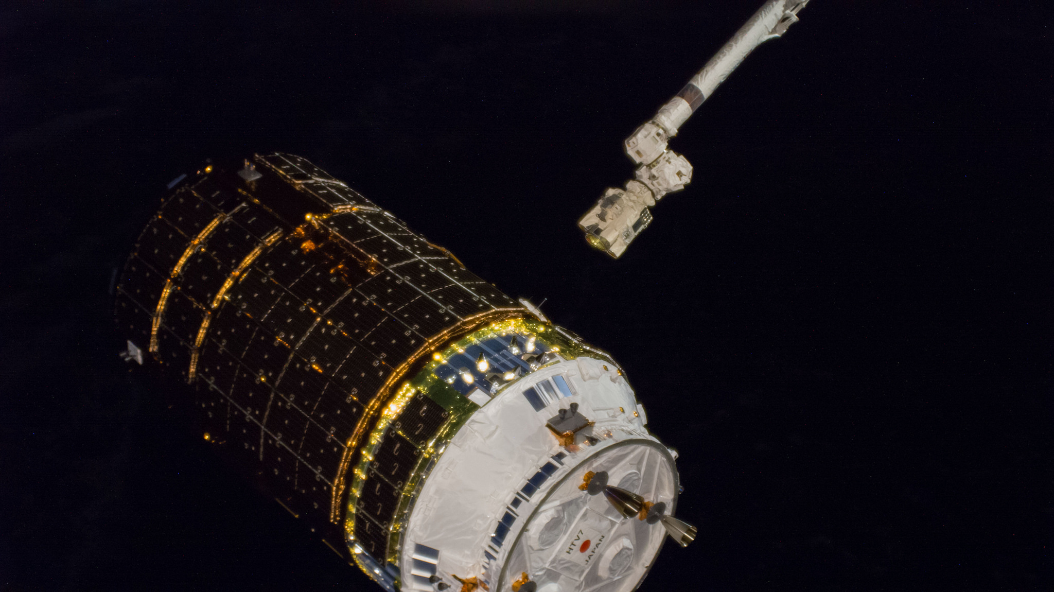 The robotic Canadarm2 nears the grapple fixture of the Kounotori 7 spacecraft to capture the free-flying vessel. Credit: NASA