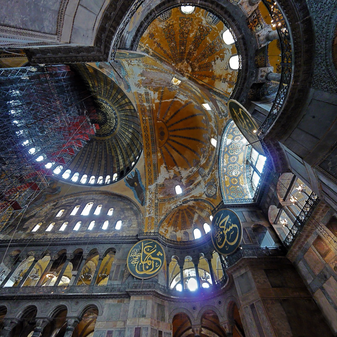 The central dome and supporting pendentives of the Hagia Sophia, Istanbul. Constructed in the reign of Emperor Justinian in an astonishing five and a half years (wikimedia commons).