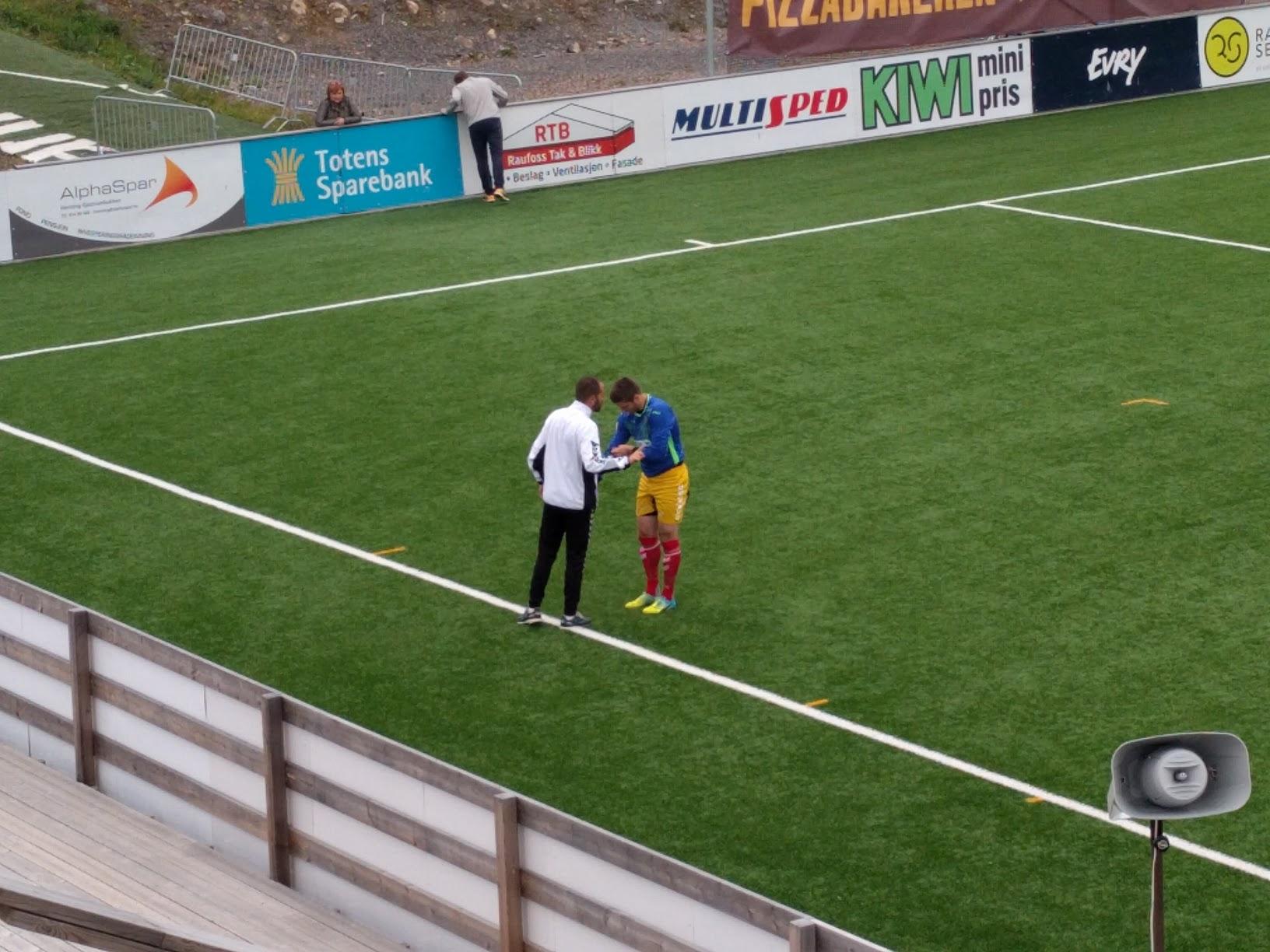 Adrian Møller fikk ikke bruke sin gule keeperdrakt, og måtte etter hvert låne en av hjemmelagets keeperdrakter.