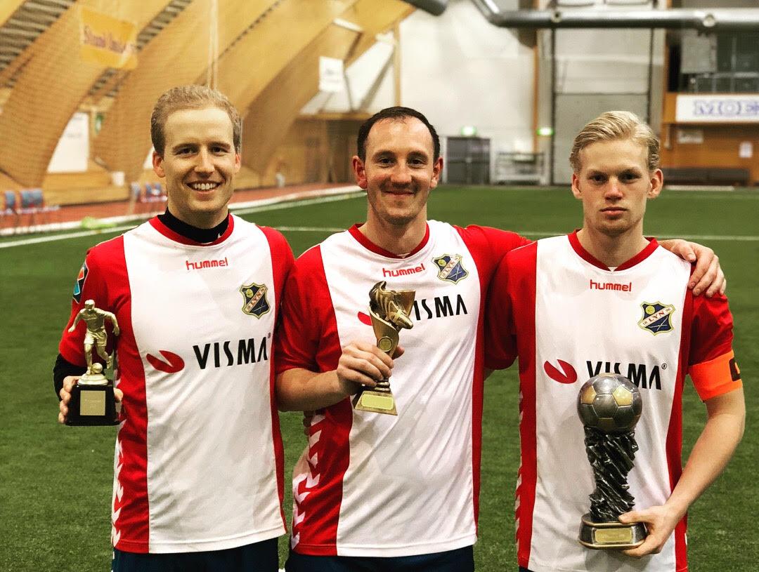 Toppscorer Rune Isaksen, turneringens beste spiller Anders Lübeck, og Lyn-kaptein Felix Boe-Tangen!