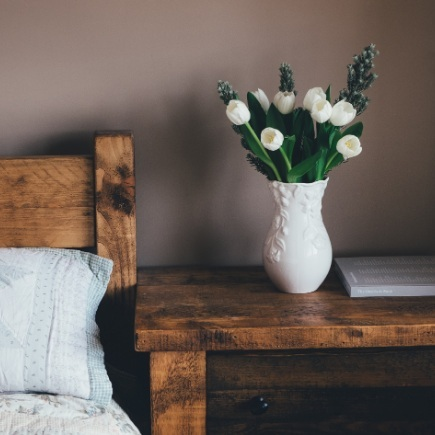 bettebennettinteriordesign-gigharbor-guest-bedroom-spring-essentials--fresh-flowers.jpg