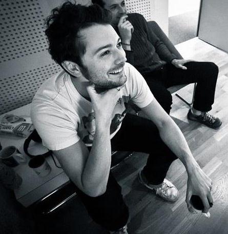 Vincent Lagadrillère  Brillant concepteur musical et sonore, musicien et dj, Vincent est un communicateur hors-pair. Il fait cracher le son comme il savoure le bon vin; sans les yeux. Écoutez-le  ici .