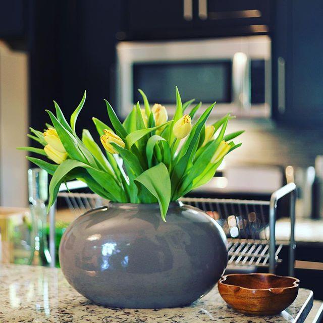 📷 @mljinteriors   #mljinteriors  #monicajacobsinteriors  #interiordecorating  #interiordesign  #professionalorganizing  #decorstyling  #addicted2decor  #kitchen  #tuliplove  #happymothersday  #driskellresidence