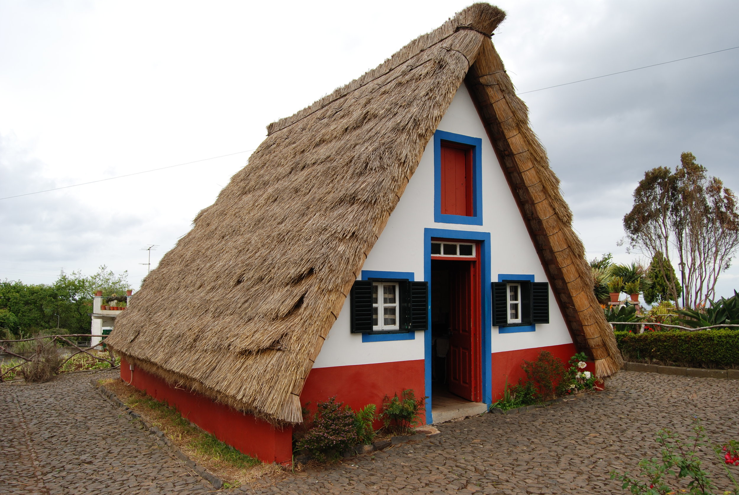 Traditional_thatched_house_(palheiro),_Santana,_Madeira,_Portugal_CC.jpg