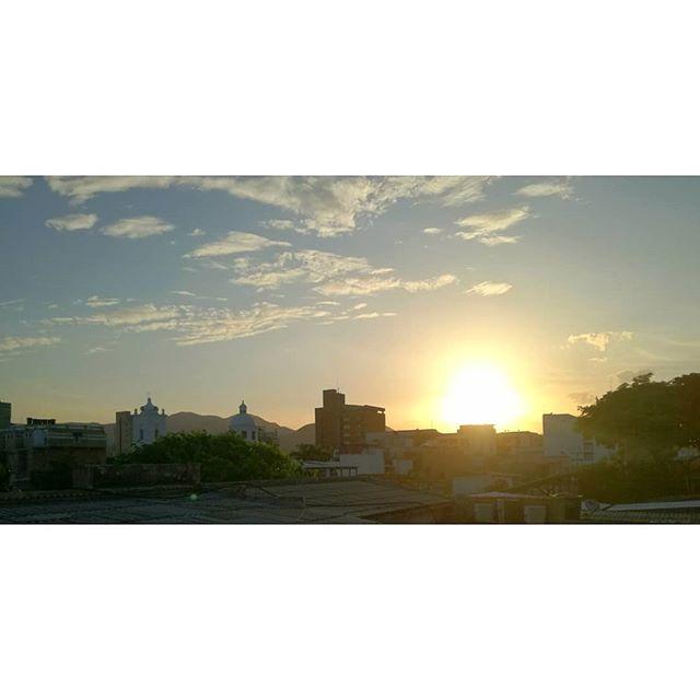 ⛅ Brilla el sol en Santa Marta y con esta vista desde nuestra terraza arrancamos el fin de semana con toda! 🙌 ¡Feliz viernes viajeros! ° ° ° ° ° ° ° ° ° Planea tu viaje con nosotros, ¡contáctanos! 📞+57 3203644260, +57 (5) 4207305 📩 mulatahostelcolombia@gmail.com ° ° ° ° ° ° ° #friday #sunrise #amanecer #hostels #santamarta #backpacking #hostelife #loveandtravel #chillculturalandfun #tourism #travel #caribbean #destinations #colombianhostels #santamartaiscrazy #samaland #santamartacultural #santamartainforma #naturalmentemágica  #turismo #viajes #mochilero #colombia #viajero #viernes