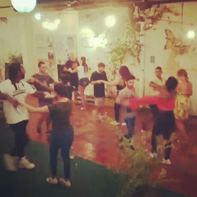 #salsathursdays ¡HOY! Empezamos el fin de semana al son de #salsa 💃💃Clase de baile, 9 PM ✨Entrada Libre✨ Vamos a bailarrr! 😎 ° ° ° ° ° ° ¡Contáctanos! 📞+57 3203644260, +57 (5) 4207305 📩 mulatahostelcolombia@gmail.com ° ° ° ° ° ° ° #salsa #salseros #dance #salsaclass #baile #hostels #santamarta #backpacking #hostelife #loveandtravel #chillculturalandfun #tourism #travel #caribbean #destinations #colombianhostels #santamartaiscrazy #samaland #santamartacultural #santamartainforma #elpatrimoniosecuida #naturalmentemágica #bahia #samaland #turismo #viajes #mochilero #photography #agendatsantamarta