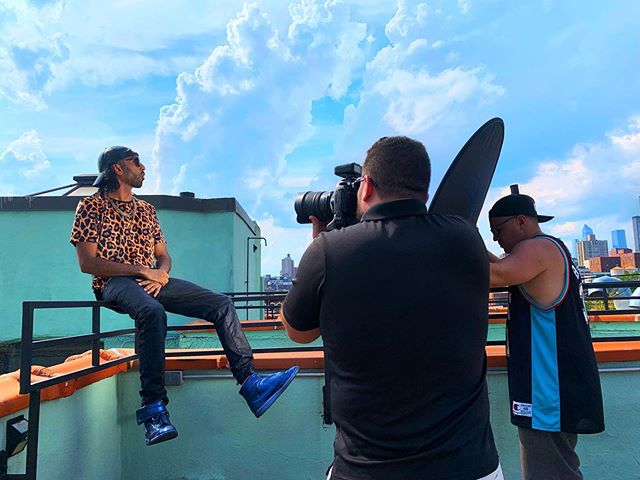 Old school NY shit con mi tigres 🇨🇴🇩🇴⠀ ⠀ ⠀ .⠀ .⠀ .⠀ .⠀ #Shah #Telemundo #oldschool #photographyday #photography #photographyoftheday #bts #behindthescenes #onset #photoshoot #shoot #travelphotography #travel #ny #nyc #newyork #newyorkcity #eastvillage #rooftop #view #sky #nofilter #rap #hiphop #colombian #latino #spanish #rapperlife #luxury #worldlatinstar