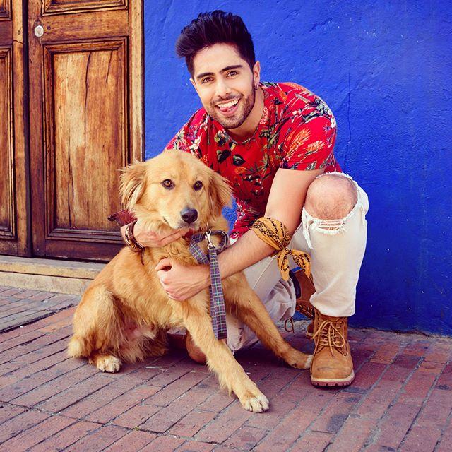 Este perrito (creo que se llamaba Martín) nos estuvo acompañando durante el rodaje del video y fue tal la sensación que causó que terminó teniendo su propia aparición en él, en representación del amor canino! 🐾 5 LETRAS - AGOSTO 24!!!5️⃣❤️ #5letras #amorcanino #másamor #nuevamusica #agosto24 . . . 📸: @oscarvanegasphotography