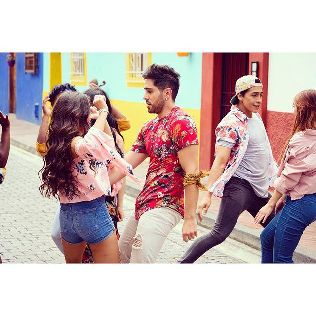 """""""5 LETRAS"""" es Baile, Alegría y Color!🙌🏻 Espero que así lo sientan todos una vez esta canción sea de ustedes este próximo VIERNES 24 DE AGOSTO!!! 5️⃣❤️ Gracias a todos los bailarines y a mi coreógrafa @gicollazos por su impecable trabajo, pasión y entrega!!! 🙏🏻 #5letras #baile #alegria #color #nuevamusica #agosto24 . . 📸: @oscarvanegasphotography"""
