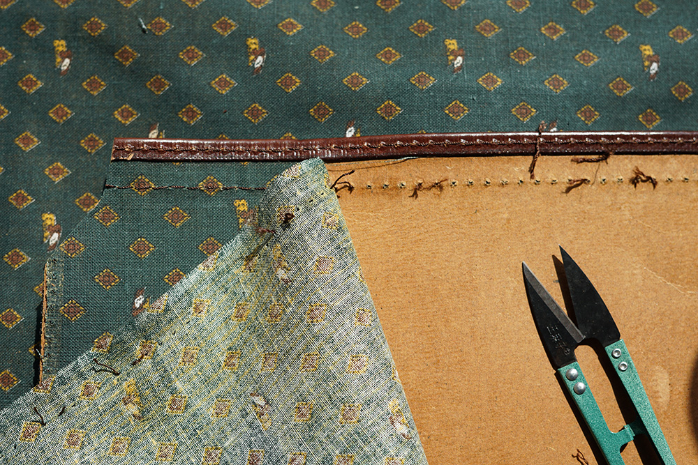 Almost all fabric lining parts were cut into the exact shape as the leather piece, glued and stitched.