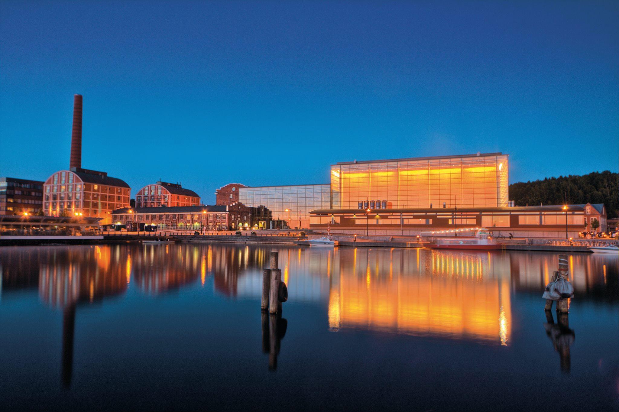 Sibelius_Hall_evening_lake.jpg