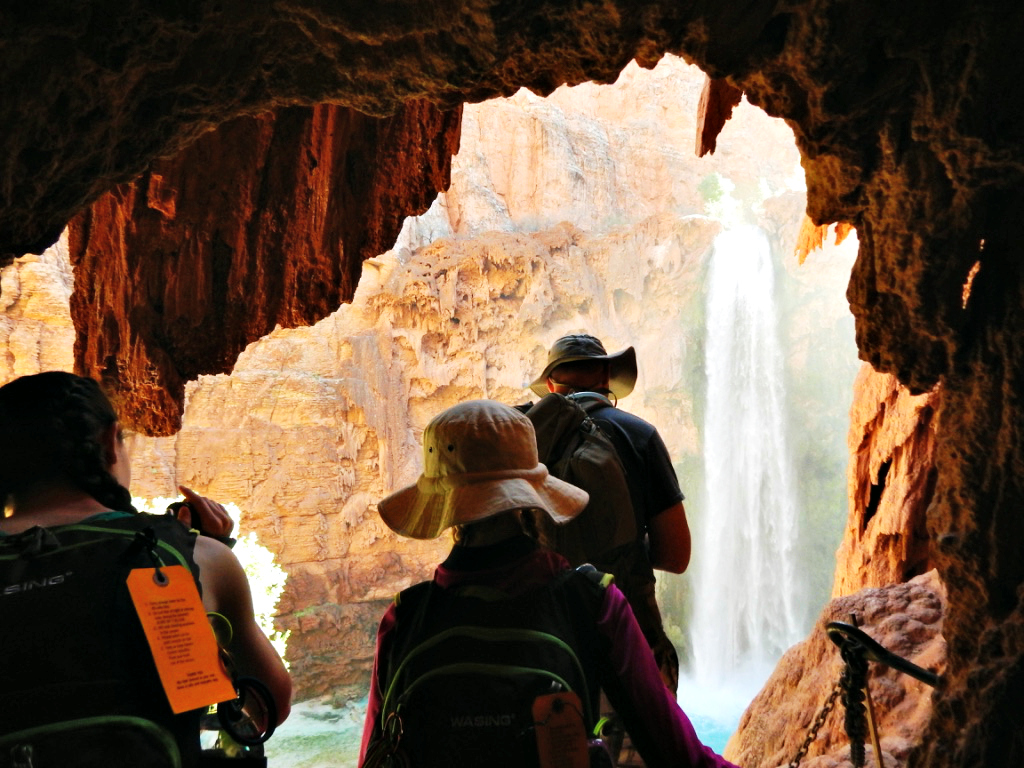 family-hiking-havasupai-falls