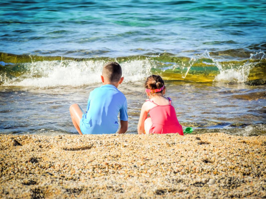 kids-on-beach