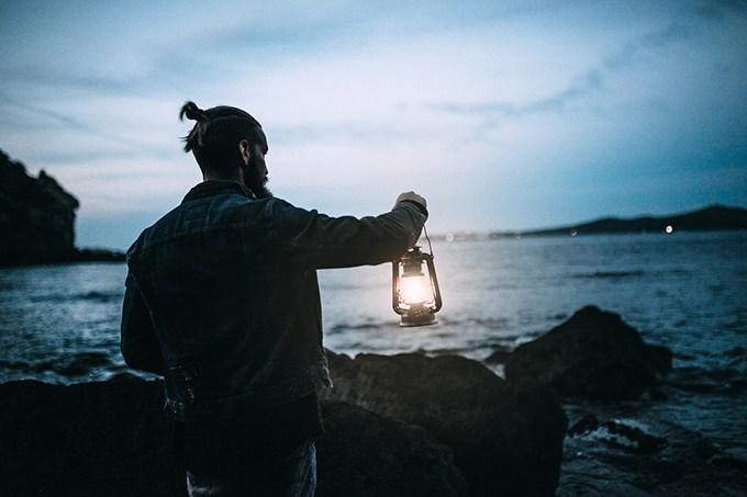 """Noturno - Esta tendência reúne comportamentos que buscam um equilíbrio estratégico entre o otimismo exagerado e o pessimismo saudável. O contato com nossos sentimentos """"negativos"""" (como o pessimismo, a vulnerabilidade e, até mesmo, a tristeza) é incentivado para que possa levar à superação dos medos. Um dos frutos desse pensamento é o crescente número de pessoas que escolhem viajar sozinhos e que trocam viagens curtas por longos períodos de contemplação em lugares onde o tempo parece que não passa, como Finlândia, Alaska, Norte do Canadá e Noruega."""