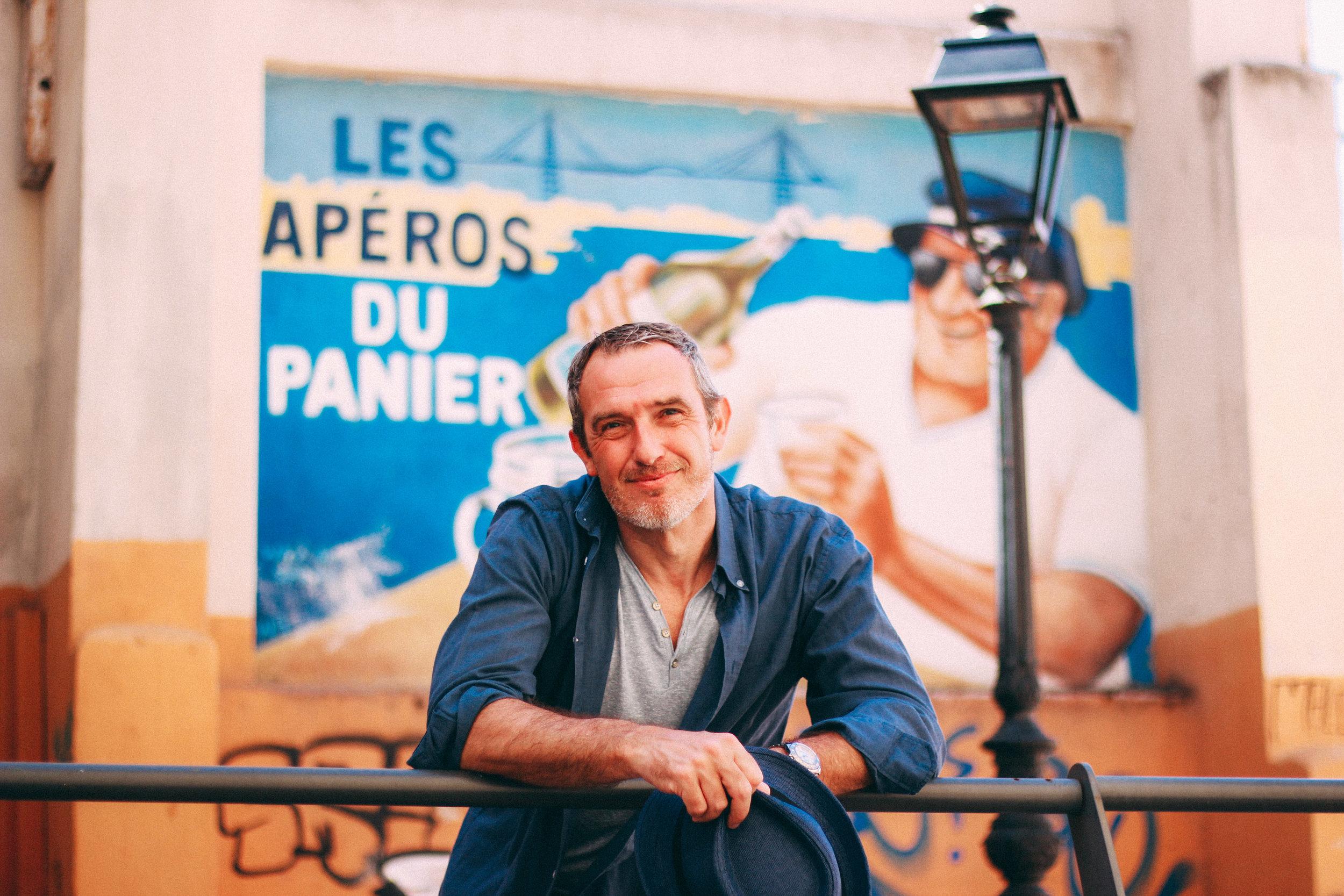 Portrait Méditerranéen - Toute la douceur de vivre marseillaise dans des portraits aux couleurs ocre et azur et aux accents du sud.Marseille 2ème