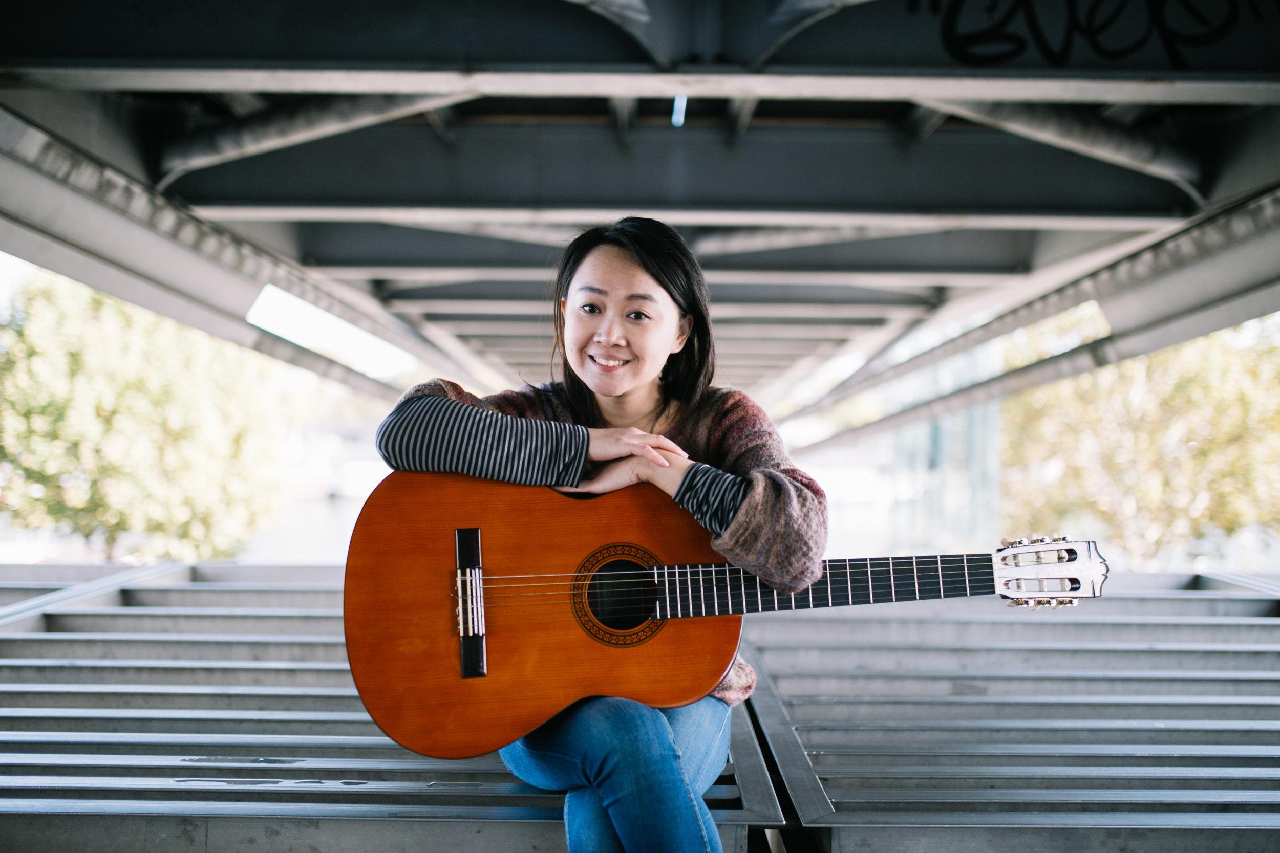 Ta photo coup de coeur - Evidemment une photo avec ma guitare ! Celle-ci me ressemble, elle est simple et on dirait que je ne fais qu'une avec mon instrument