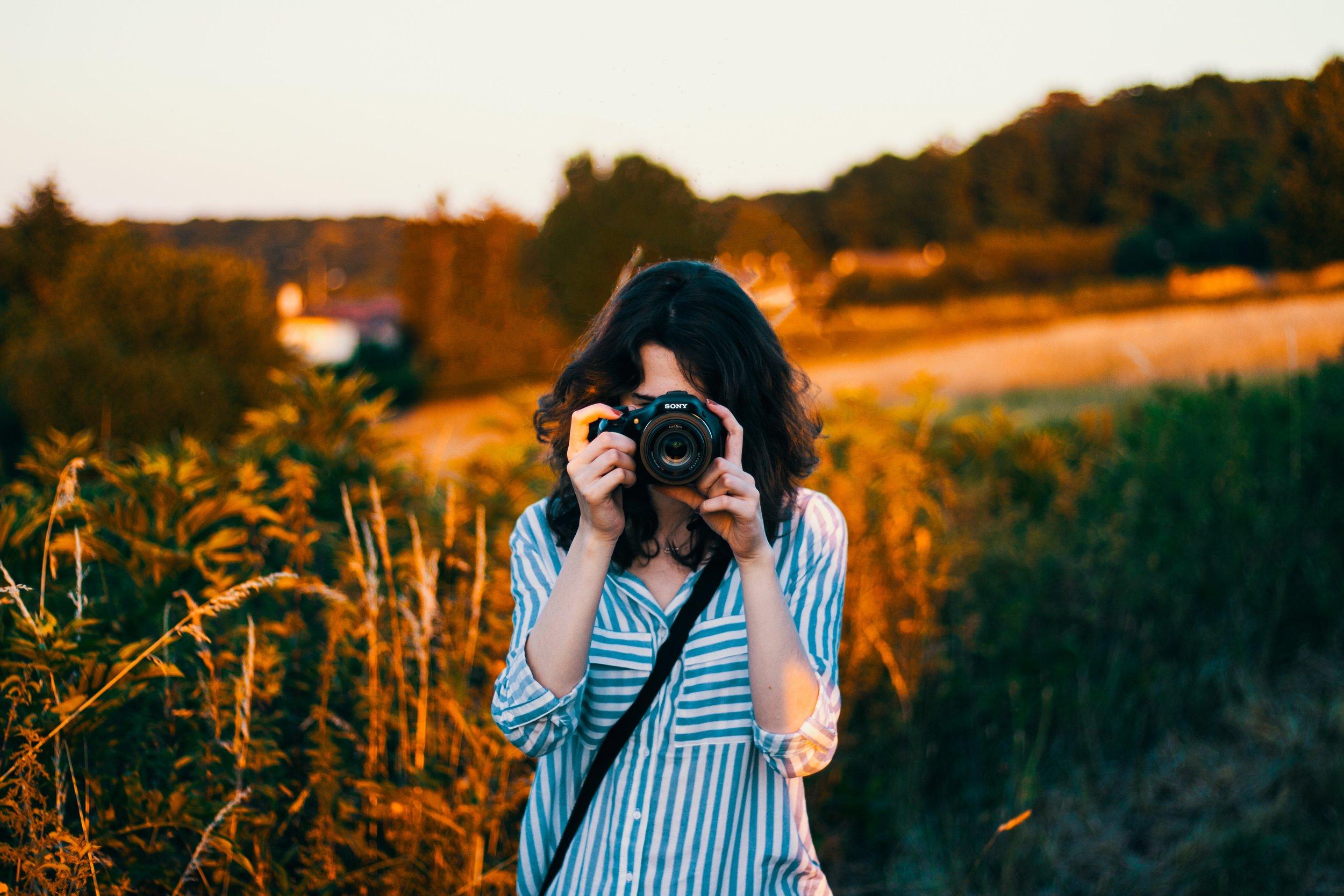 - • 1 • Une belle balade à la découverte des spots les plus graphiques de votre ville.• 2 • Le plaisir de s'offrir un regard professionnel sur soi accompagné de conseils avisés.• 3 • Des photos naturelles et authentiques. Loin de la classique photo studio.