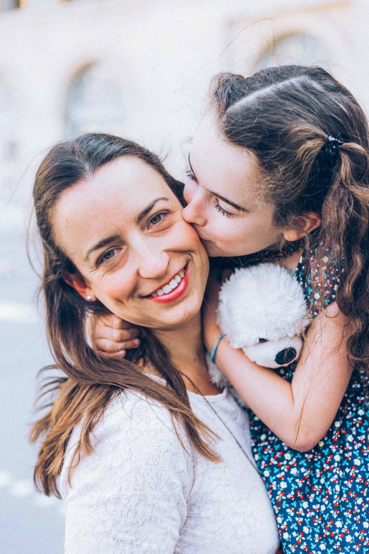 A tout ceux qui souhaitent immortaliser l'instant en famille - Vos plus belles occasions : • La fête des mères, des pères et des grands-parents. Marquez le coup.• Des retrouvailles familiales pour ancrer vos plus beaux souvenirs.• Une naissance. On capture ses premiers sourires à vos côtés.• Un anniversaire. On cristallise les années avec vos proche.• Un moment en famille, tout simplement !