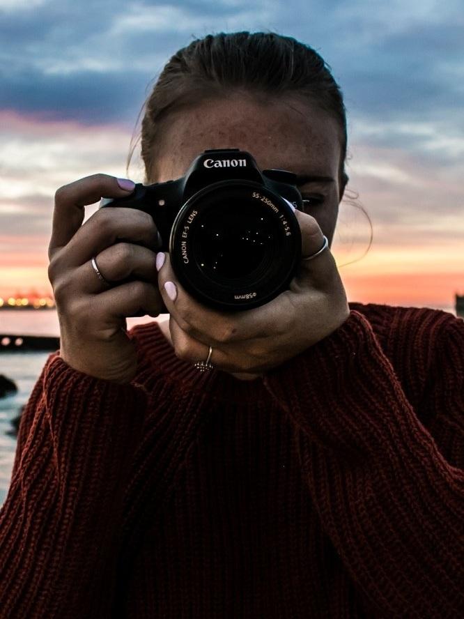 - Profitez d'une belle balade dans votre ville pour partager un moment de complicité avec l'élu de votre cœur. Loin d'un quotidien qui va parfois à cent à l'heure, on vous propose de vous créer des portraits qui changent des selfies, des photos qui claquent et qui cristalliseront vos meilleurs souvenirs !Libérez votre complicité sous les objectifs et conseils avisés de nos photographes professionnels.