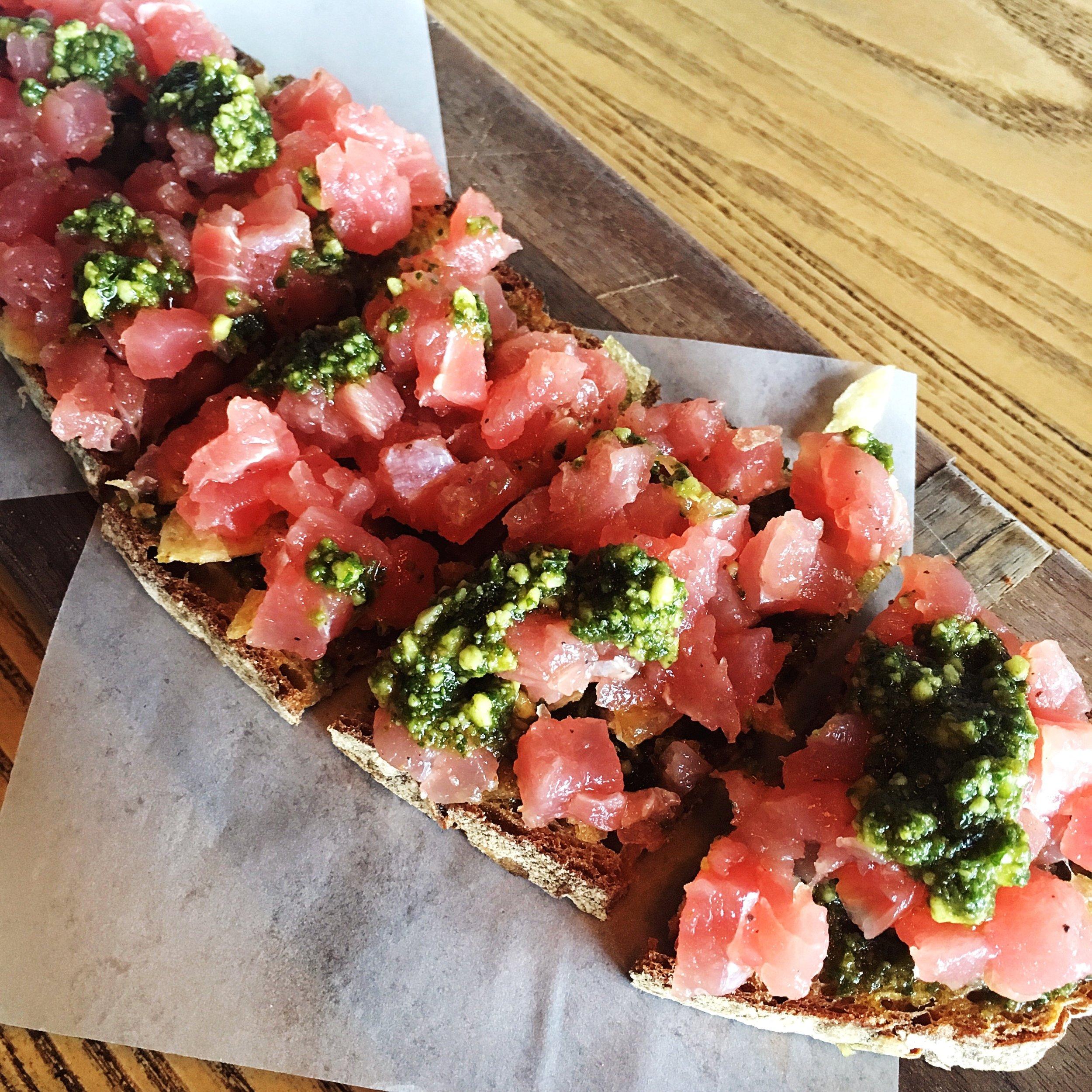 Tartine: tuna tartar with vegan pesto