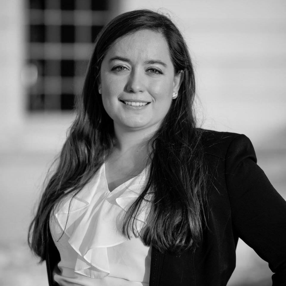 Lydia Ashton   Lydia es investigadora postdoctoral en el Wisconsin Institute of Discovery de la Universidad Wisconsin-Madison. Tiene estudios de Maestría y Doctorado por la Universidad de Berkeley, California y una estancia de Investigación en la Universidad de Yale. Sus intereses de investigación están en la intersección de la Economía y la Psicología, así como en la Economía Experimental y la Neuroeconomía. Se especializa en identificar cómo afectan los factores fisiológicos y psicológicos en la toma de decisiones de las personas.