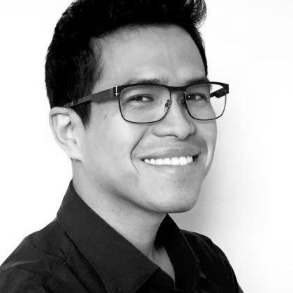 """Pedro Del Carpio   Pedro es Master en Ciencias Cognitivas y de las Decisiones, con grado de Distinción (UCL, Inglaterra) Master en Administración de Empresas (Vrije Universiteit, Holanda) y Licenciado magna cumlaude en Comunicación (Universidad de Lima). En el 2010 fue ganador de la competencia de negocios """"HP Touch the Future contest"""" de las regiones Europa, Medio Oriente and Africa. Se ha desempeñado como profesor en distintas universidades del Perú. Actualmente trabaja como Arquitecto del Comportamiento para el diseño de productos en una empresa de tecnología (USA). Su mayor pasión académica es el estudio del proceso de toma de decisiones en situaciones de incertidumbre."""