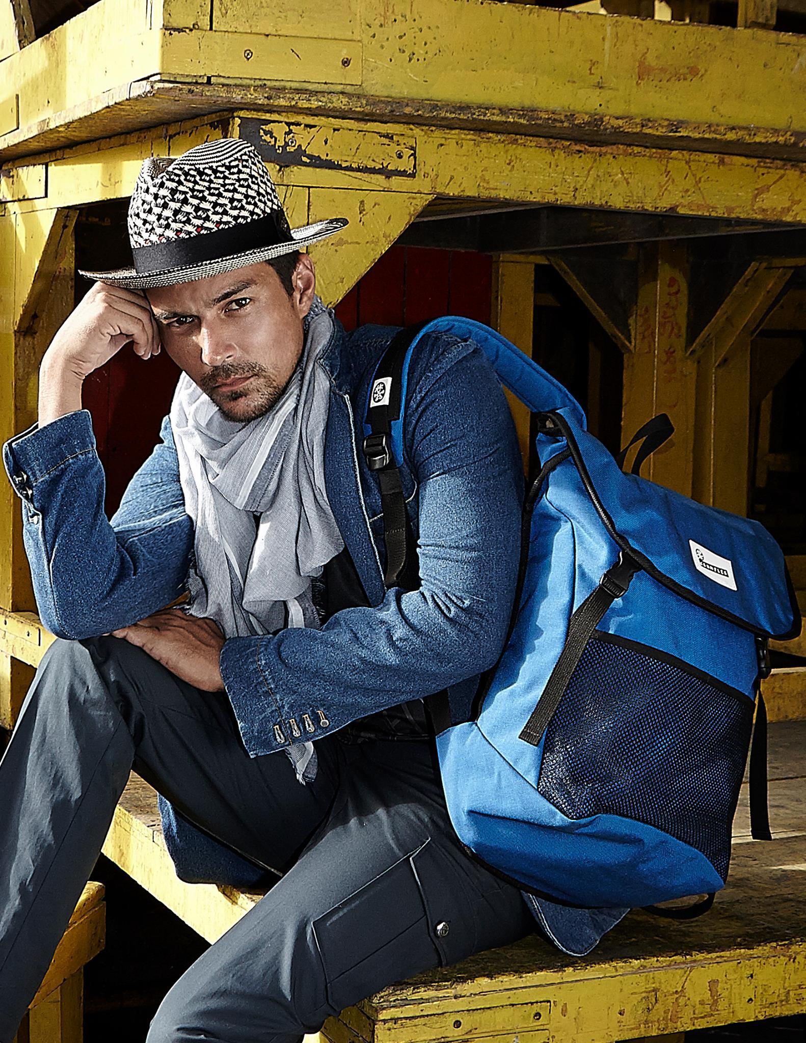 Jacket: Playhound / Pants: Vick's /Bag : Crumpler / hat: Spotted