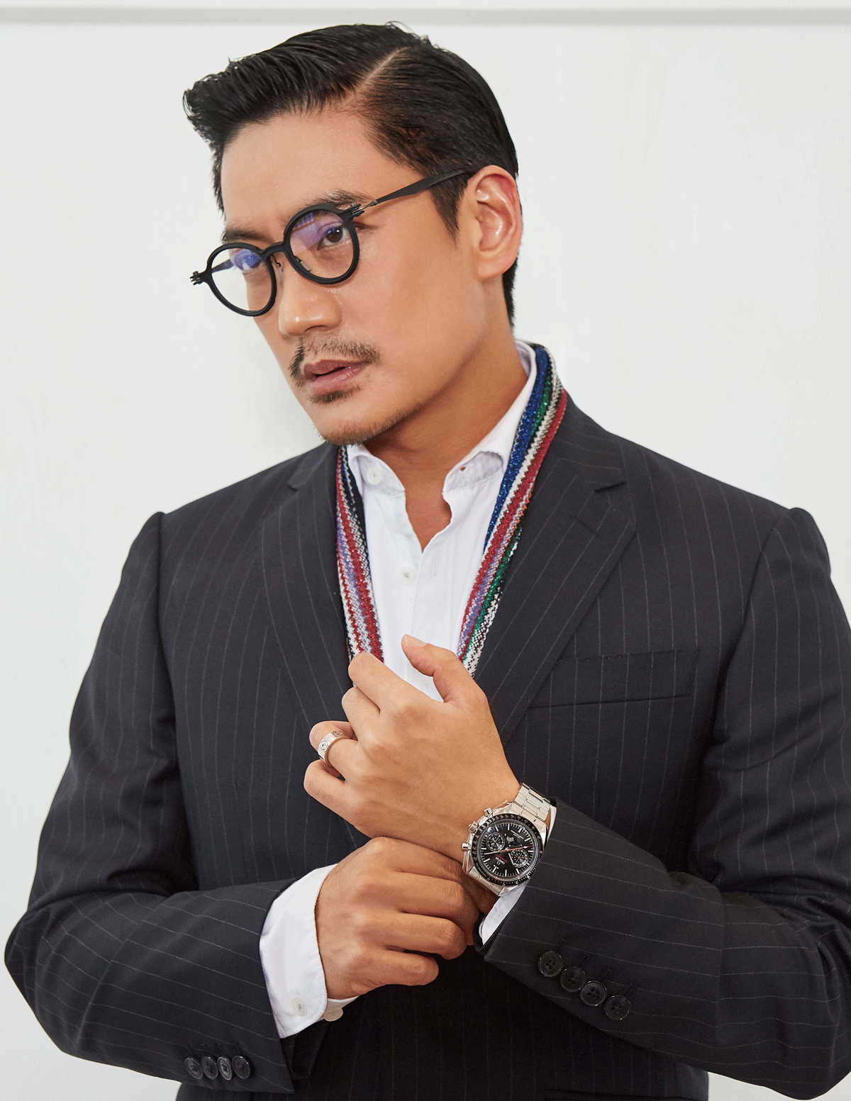 OAK : clothes : HACKETT London / eyeglasses : TAVAT eyewear / scarf : MISSONI  watch : OMEGA Speedmaster Moonwatch Moonphase Chronograph 44.25 mm