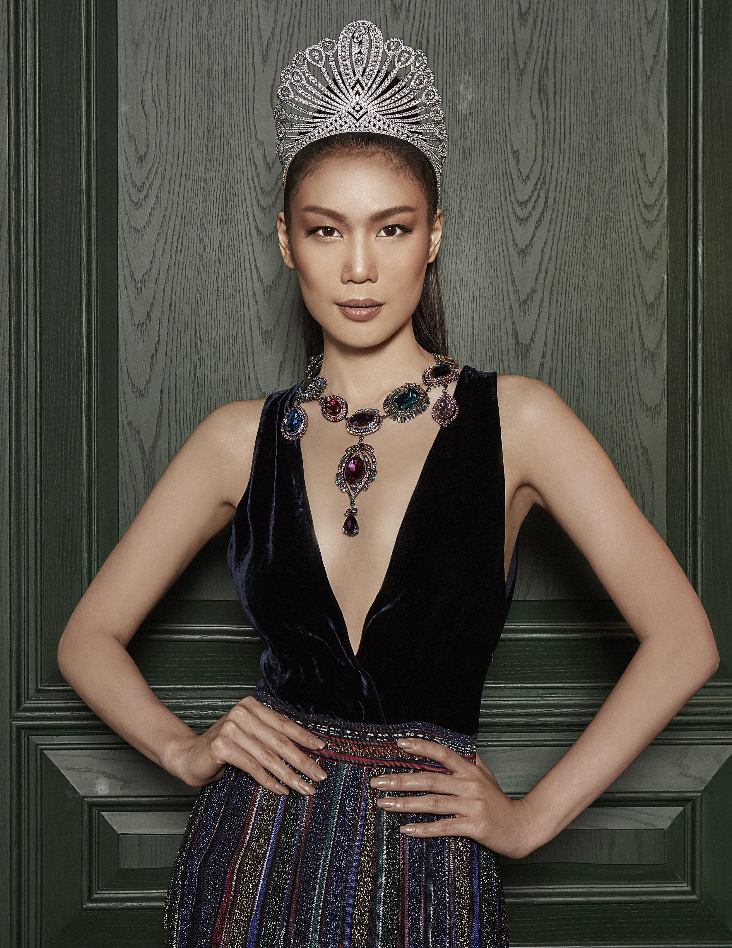 dress : MISSONI / necklace : Bulter & Wilson LONDON