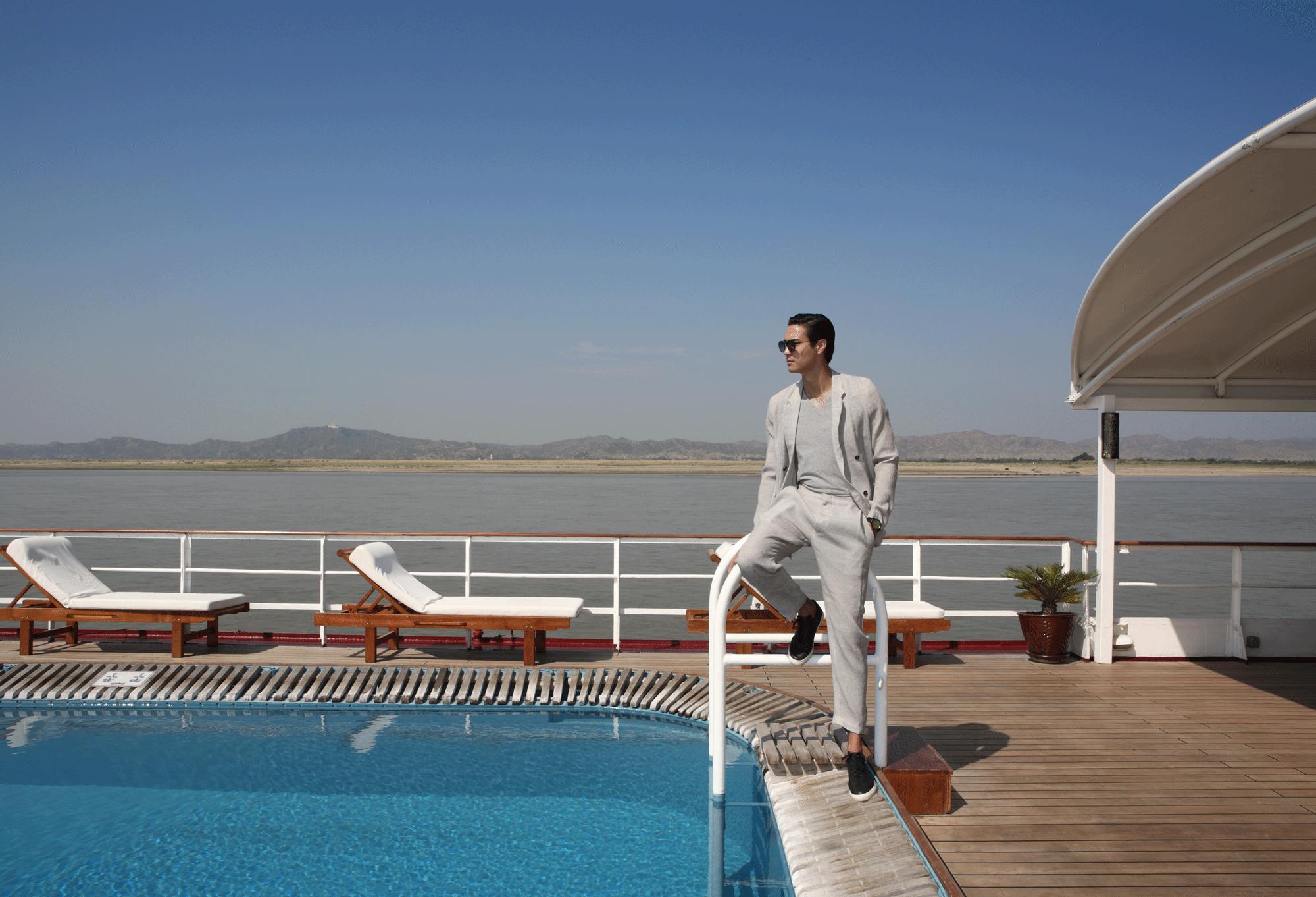 suit : Emporio Armani / tshirt : JOCKEY / sunglasses : SPEKTRE