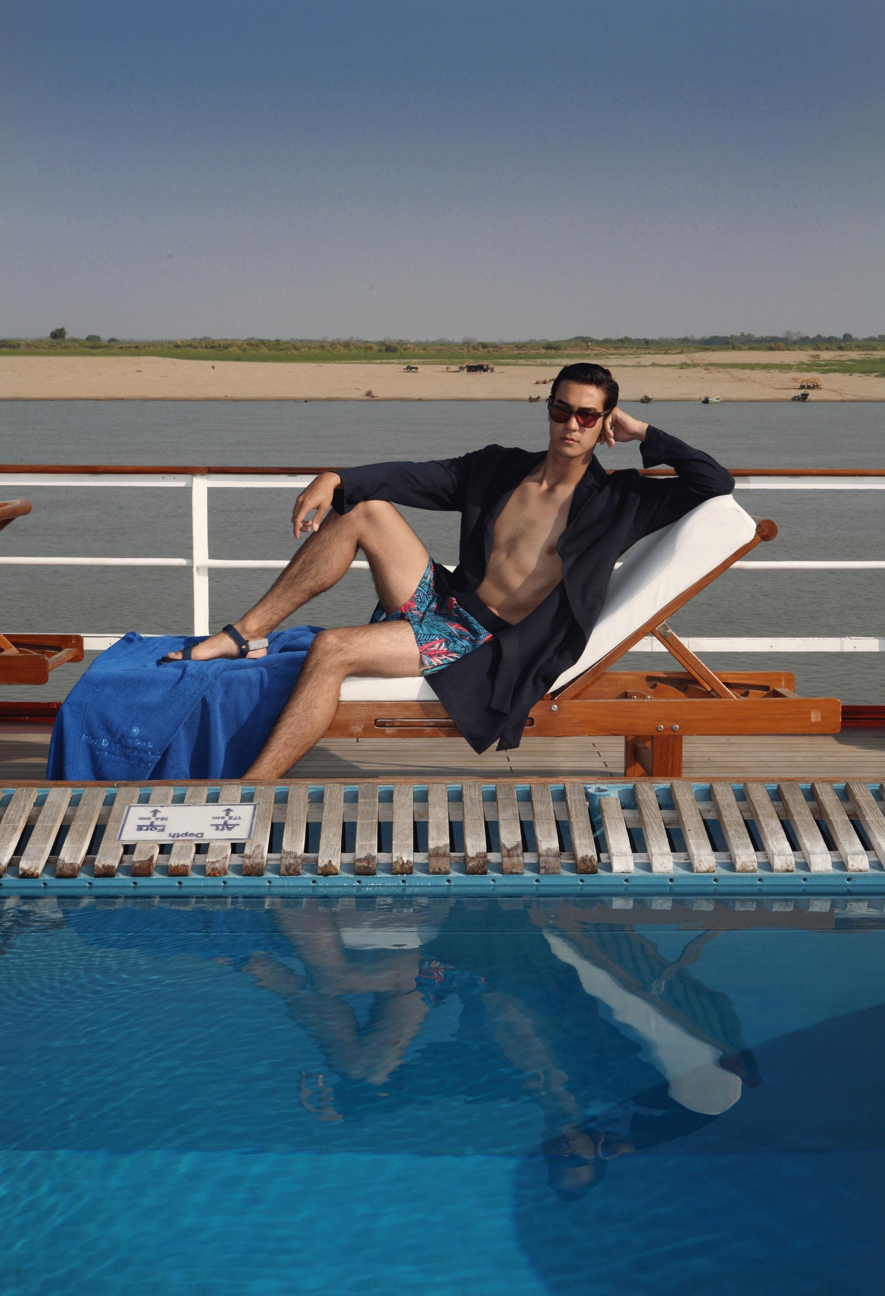 trunks : JOCKEY / robe : SARIT / sunglasses : SPEKTRE