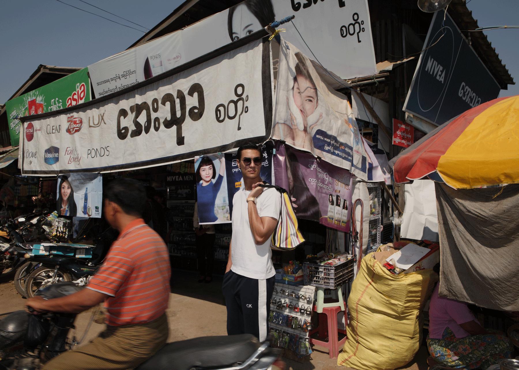 Nyaung- U Market Bagan  Tshirt : JOCKEY / pants : CK Calvin Klein / watch : FORREST / sunglasses : SPEKTRE / bag : Red Modeling