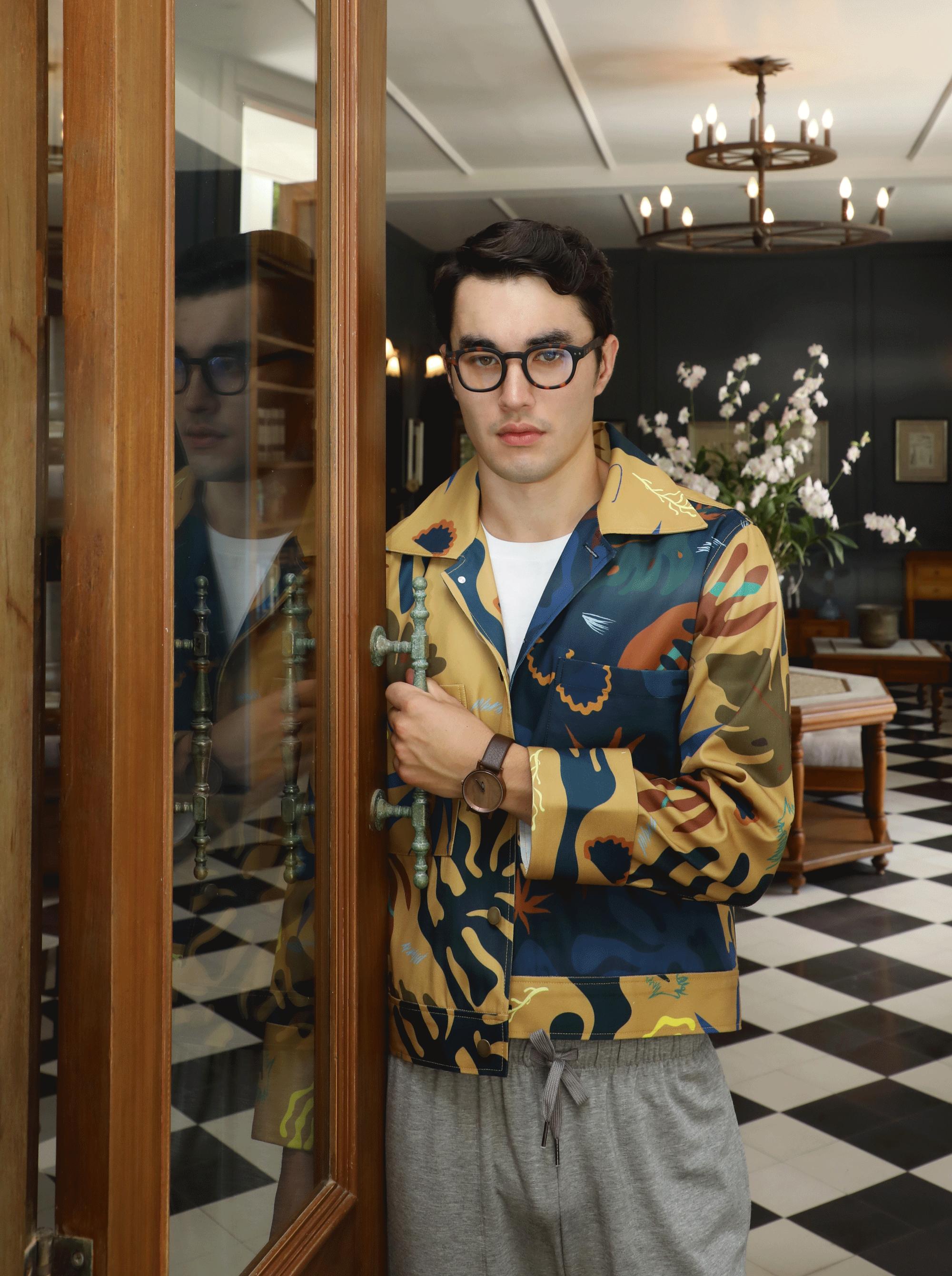 jacket and shorts : Leisure Projects / tshirt : JOCKEY / watch : FORREST / eyeglasses : IZIPIZI