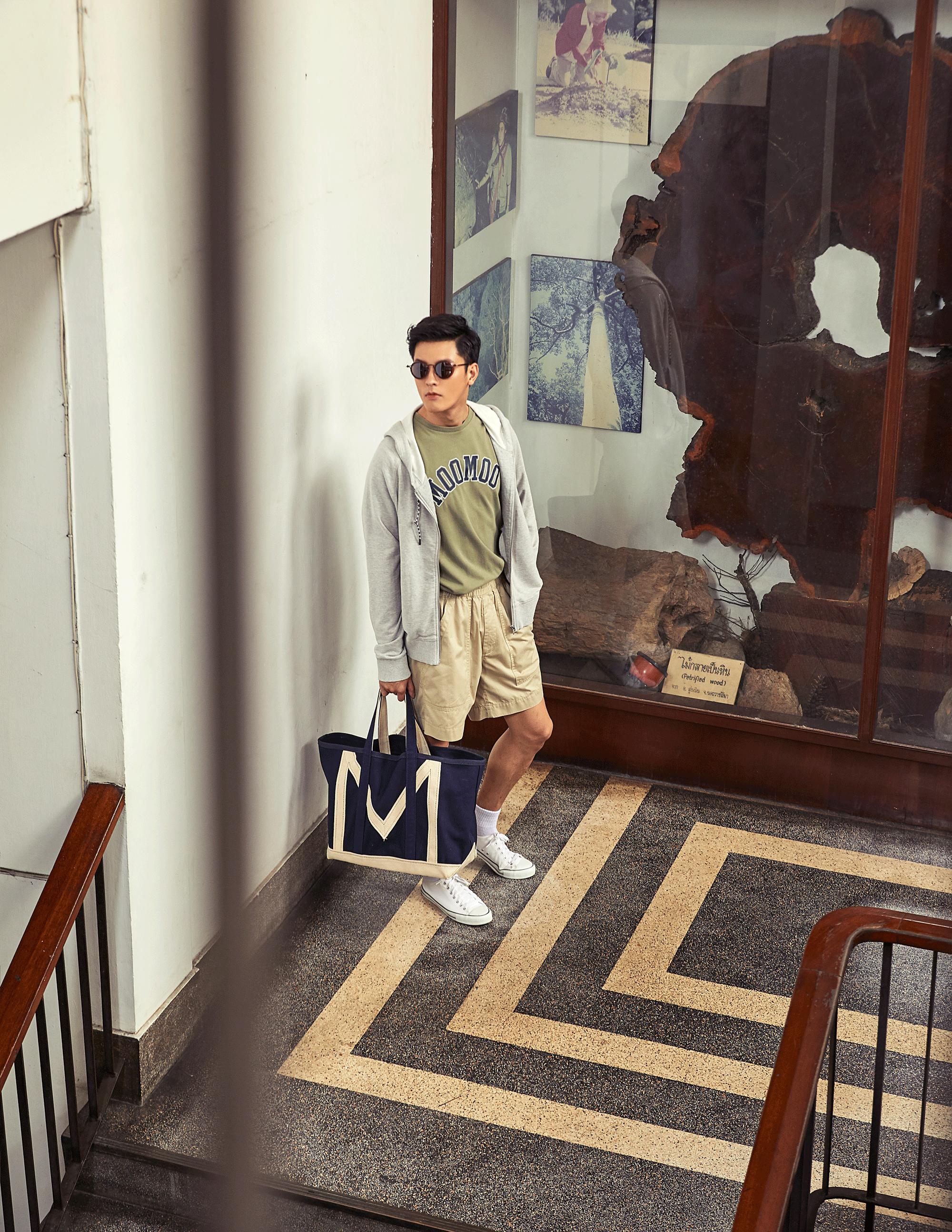 clothes and bag : MOO / sunglasses : TAVAT