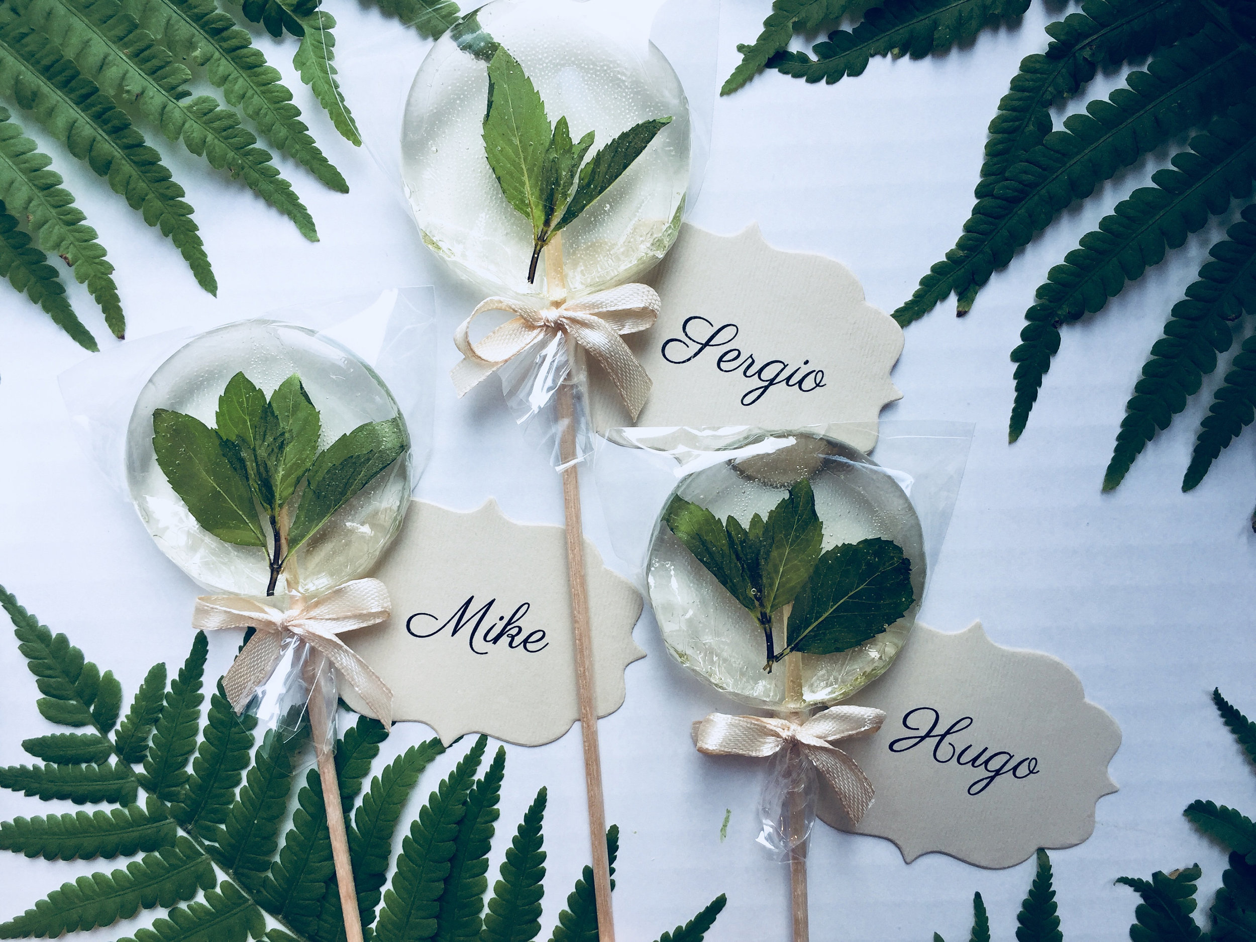 wedding-favor-ideas-mint-lollipops-greenery-wedding
