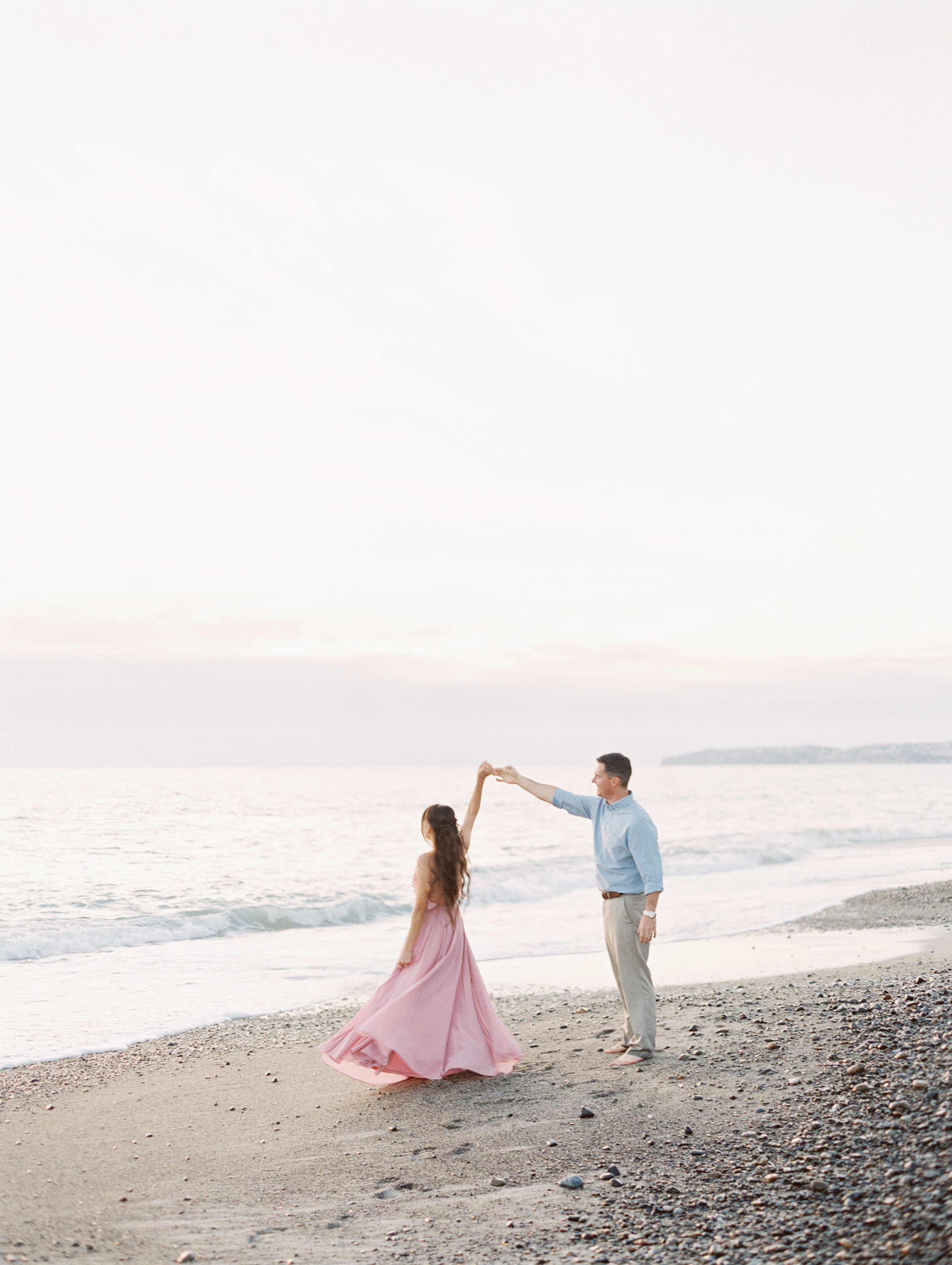 romantic couple photo pose. marriage and engagement style photo session. Love Sparkle Pretty blog. Photo by Mallory Dawn
