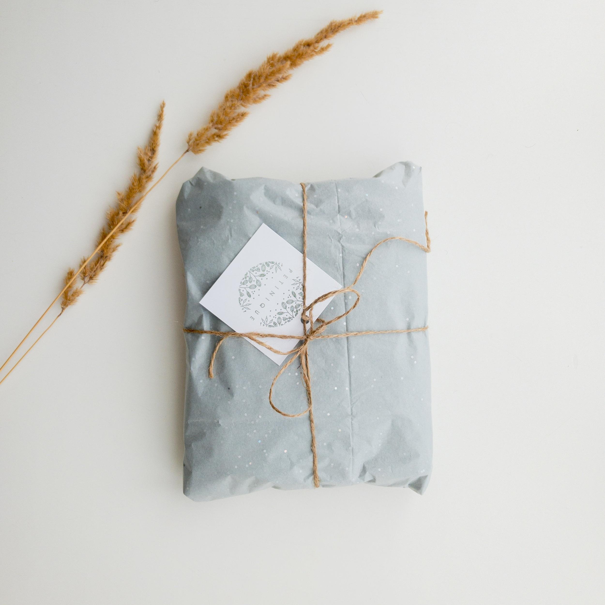 Kuratierte Geschenke - Besondere Geschenke sind meine Leidenschaft. Geschenke haben die Kraft, Freude zu schenken, Menschen zu verbünden und Beziehungen zu verändern. Ich suche mit viel Feingefühl Produkte aus, die eine Geschichte erzählen und einen Sinn erfüllen, für den, der schenkt und für den Beschenkten. Du kannst bei mir Geschenke oder Geschenkboxen bestellen, die jegliche Ereignisse des Lebens und Arbeitens feiern - von Geburtstagen über Hochzeiten bis zu Unternehmensfeiern.Mehr dazu