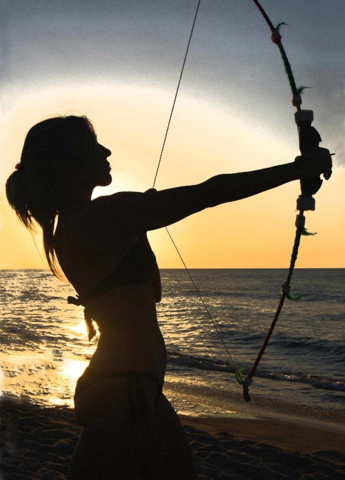 Woman_with_a_bow_in_backlight.jpg