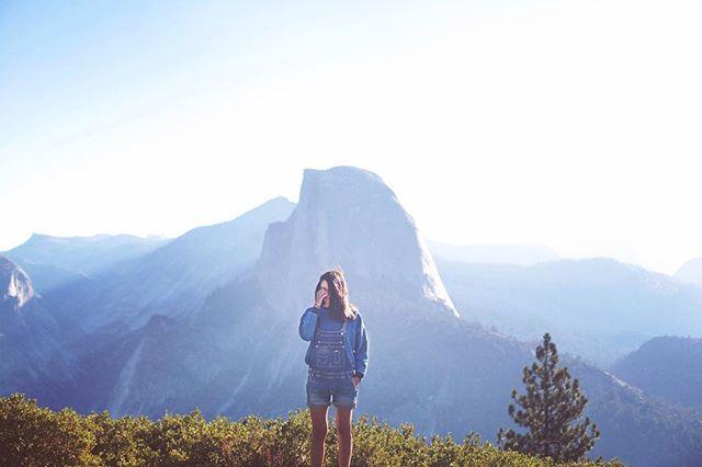 De vuelta al cole! Literalmente. Y también a Instagram. Después de unas vacaciones reales y digitales, esta semana empecé con mis clases de fotografía en la escuela Grisart gracias a haber sido escogida como finalista en su convocatoria de becas!!! Mucha felicidad 💙 * Y esta es una de las primeras fotos que hicimos en Yosemite, el pasado mes de septiembre durante un road trip por California.  Esperar el amanecer es fácil cuando tienes un jet lag de la muerte que hace que te levantes a las 5 de la mañana. Lo difícil es aguantar luego ... y que te saquen una foto en la debes taparte la cara y sacarte el sueño de los ojos 😂😂 #thestruggleisreal